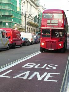 Ligne de bus deux étages à Londres voiture bouchon